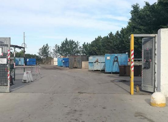 Continua disinfezione in città, ridotti orari centri di raccolta e sospesa pesatura per green card