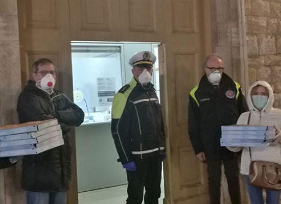 Locale biscegliese dona pizze a Polizia Locale in segno ricoscenza