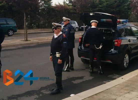 Privo di assicurazione, ingiuria e minaccia agenti Polizia Locale e si allontana: denunciato