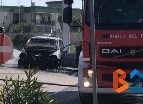 Auto prende fuoco in stazione di servizio in via Salvemini / VIDEO