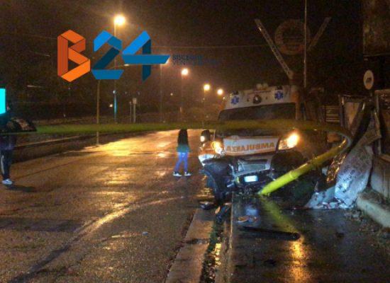 Incidente tra auto e ambulanza in zona Ponte Lama