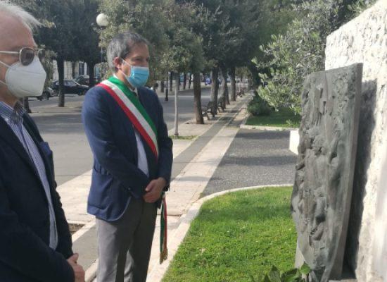 Sindaco Angarano e Segretario Cgil Bat D'Alberto depositano corona a monumento Di Vittorio