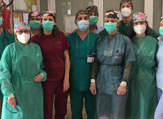 Universo Salute, coordinatrice Area Ospedaliera realizza cappellini per operatori