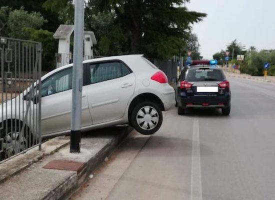 Auto sfonda recinzione di una villa in via Giovanni Bovio