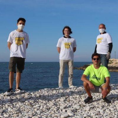 I ragazzi di Bisceglie Illuminata ripuliscono Prima e Seconda spiaggia