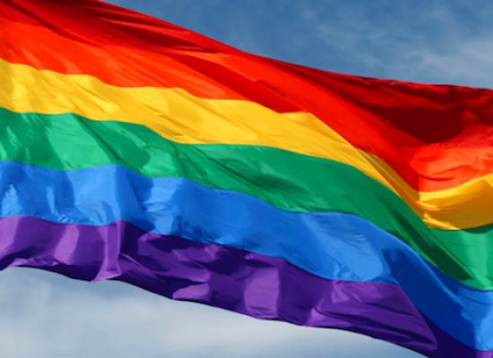 Giornata contro omofobia e transfobia, una bandiera arcobaleno a Palazzo di Città