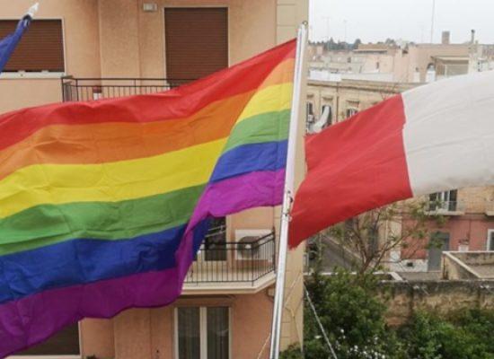 Giornata contro le discriminazioni, bandiera arcobaleno issata a Palazzo di Città / FOTO