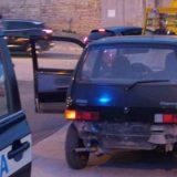 Tenta scippo, poi si dà alla fuga contromano prima di abbandonare l'auto danneggiata