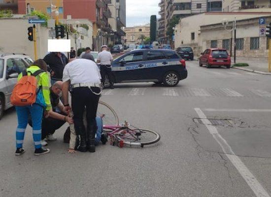 Impatto auto-bici su via Vittorio Veneto: 24enne in ospedale