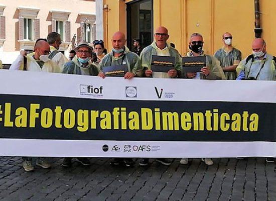 Fotografi biscegliesi in piazza a Roma e Bari per manifestare contro la crisi del settore