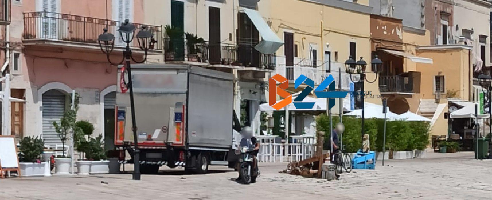 Via La Spiaggia, effettua una retromarcia e inclina palo della pubblica illuminazione
