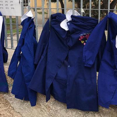 Chiusura scuole, protesta pacifica dei genitori biscegliesi fuori dagli istituti/FOTO