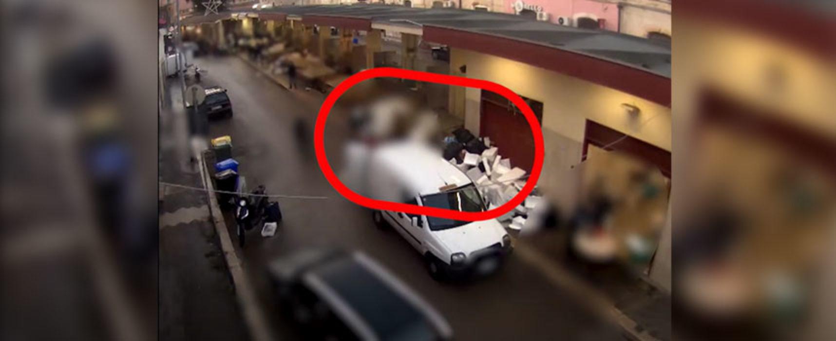 """Abbandonano rifiuti alla piazza del pesce, multati. Angarano: """"Continueremo con tolleranza zero"""" / VIDEO"""