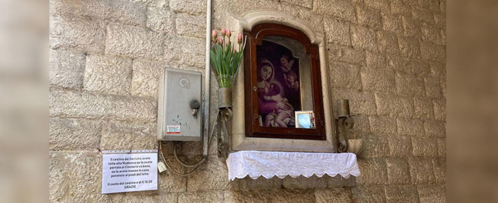 Rubano fiori alla Madonna, messaggio dei residenti ai ladri