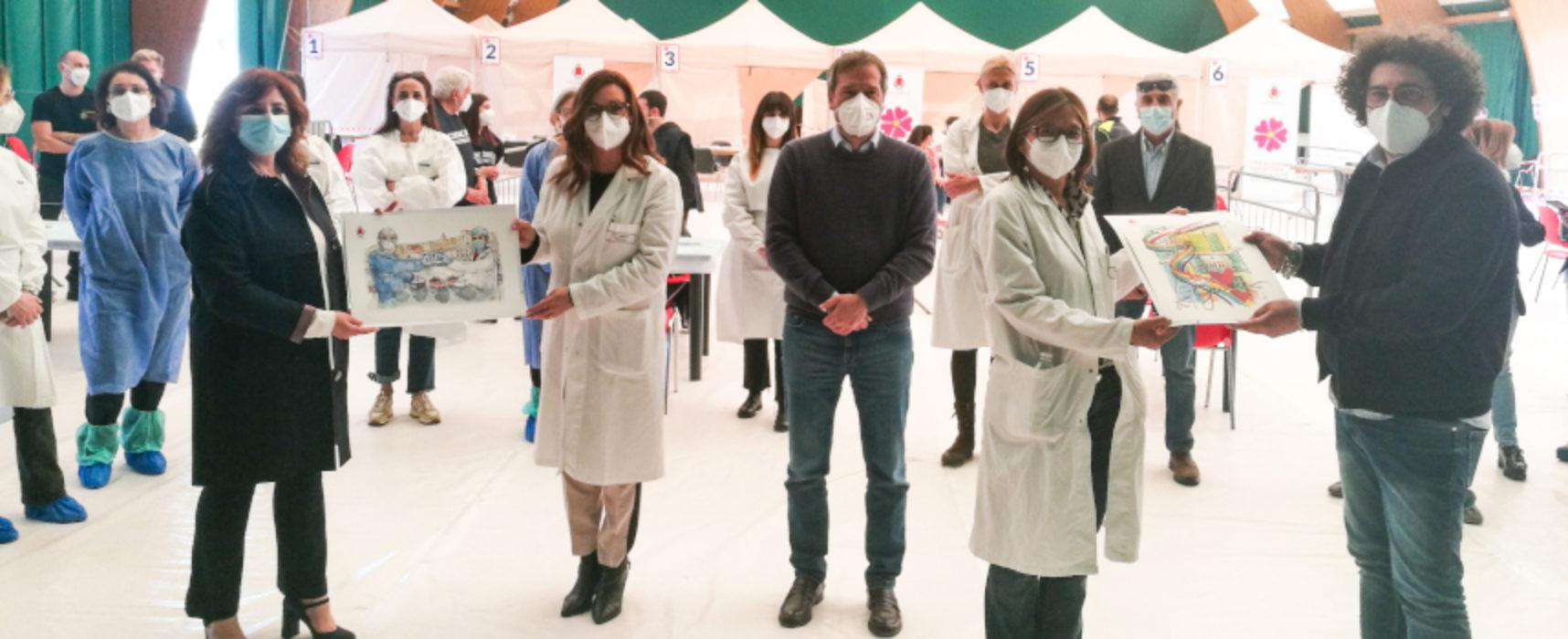 Sindaco dona acquerelli degli artisti Velletri e Abascià ai vaccinatori del Palacosmai / FOTO