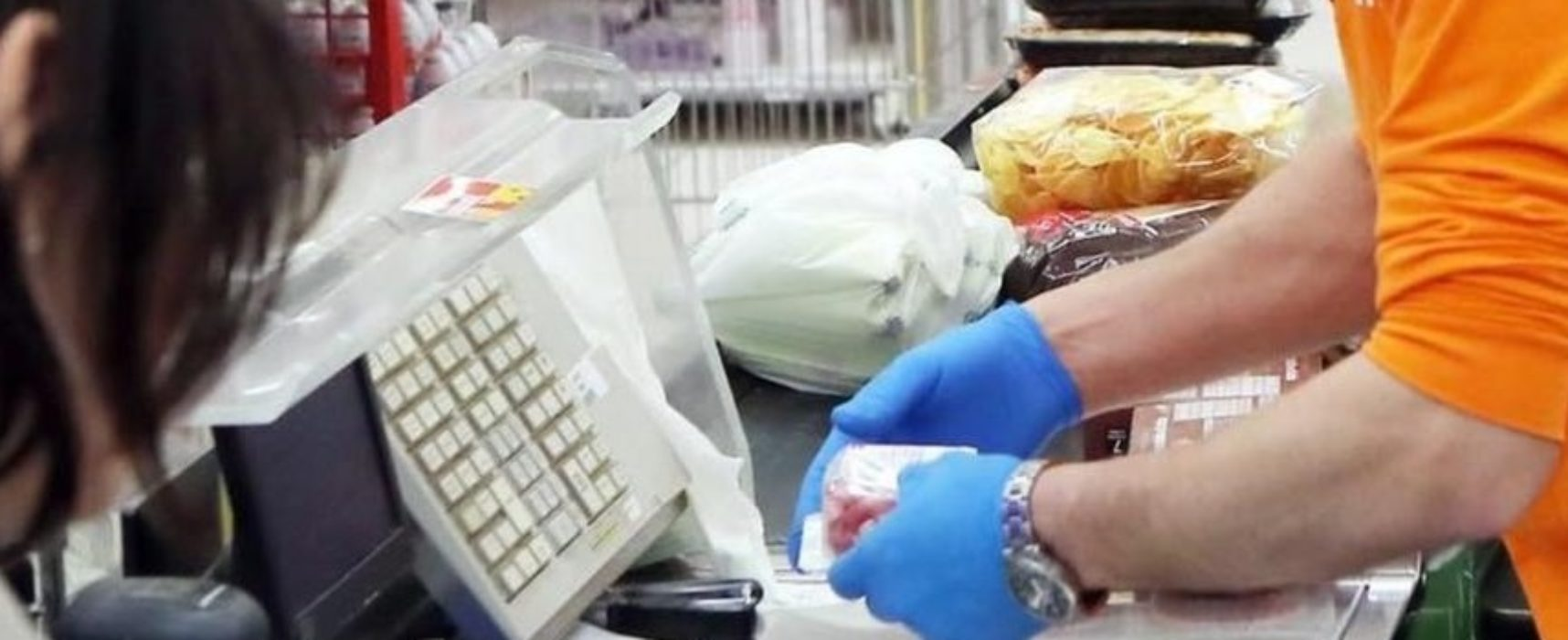 """Lavoratori supermercati pugliesi: """"Totalmente dimenticati. Stanchi di aspettare vaccino"""""""