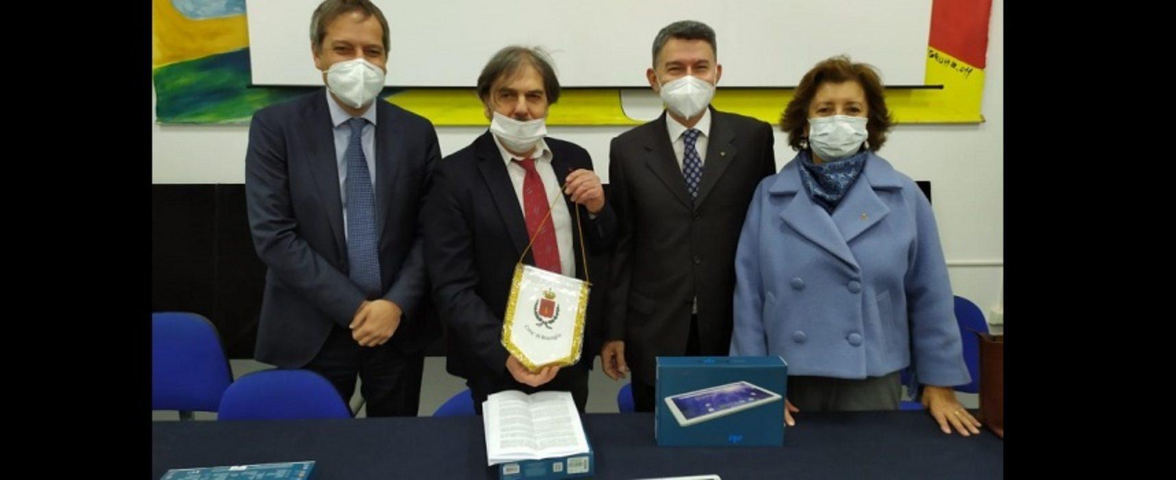 Rotary, donati diciotto tablet all'istituto Cosmai / FOTO
