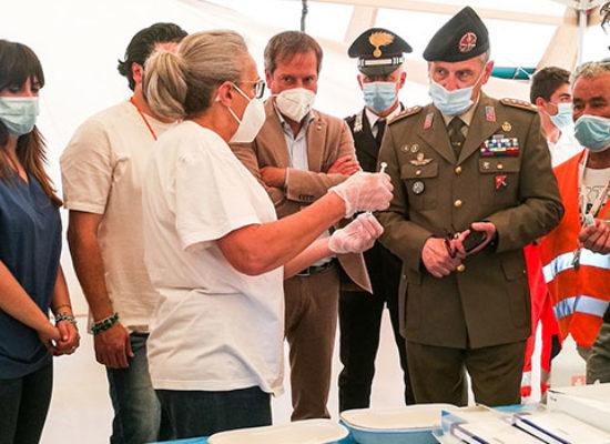 Il Colonnello Ninivaggi in visita all'hub vaccinale di Bisceglie