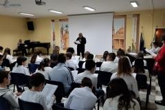 D.Rigante declama una sua poesia dialettale e gli studenti seguono con interesse